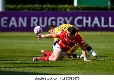 Treviso, Italy, April 03, 2021, Noel Reid (Agen) tackled by Marco Zanon (Benetton Treviso) during Rugby Challenge Cup Benetton Treviso vs SUA LG Agen