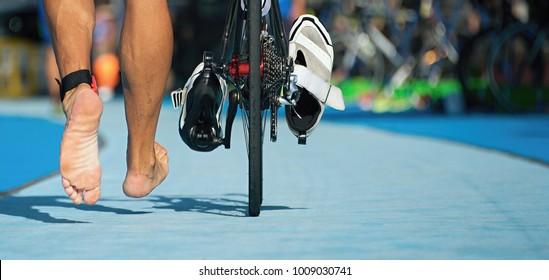 Triathlon Fahrrad die Übergangszone, Details der nackten Füße