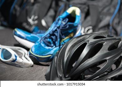 Triathlon Equipment, bestehend aus Fahrradhelm, Schwimmbrille und Joggingschuhen