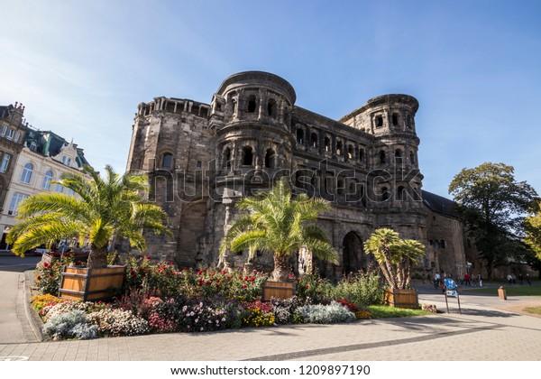 Trier, Deutschland. Die Porta-Nigra (lateinisch für das schwarze Tor), ein großes römisches Stadttor der antiken Stadt Augusta Treverorum. Weltkulturerbe seit 1986
