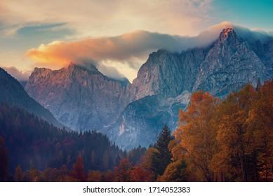 Triglav Berggipfel bei Sonnenaufgang mit schönen Wolken im Morgenlicht. Slowenischer Nationalpark Triglav