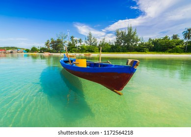 Trikora Beach 1-9-2018 Bintan Island, taking a picture of a boat that looks flying because the sea water is very clear