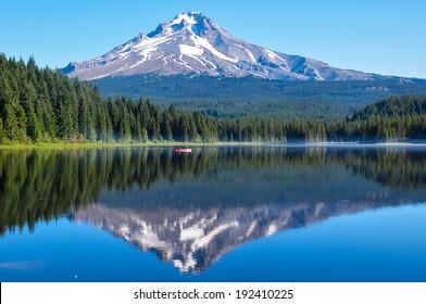 Trillium Lake early morning with Mount Hood, Oregon, USA