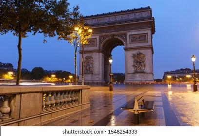 L'Arc de Triomphe dans le matin pluvieux. C'est l'un des monuments les plus célèbres de Paris. Il rend hommage à ceux qui se sont battus et sont morts pour la France.
