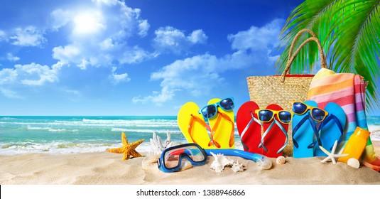 Tropischer Strand mit Sonnenbadezubehör, Sommerurlaubshintergrund. Reisen und Strandurlaub