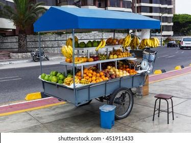 tropische Früchte auf einem Straßenmarkt