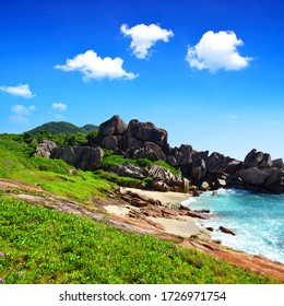 Tropische Landschaft mit großen Granitfelsen in der Nähe des Strandes von Anse Songe. La Digue Island, Seychellen.