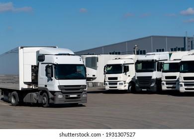 Lastwagenflotte im Logistikzentrum
