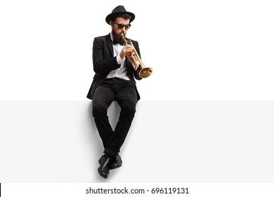Trompetspiller sidder på et panel isoleret på hvid baggrund