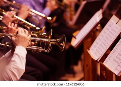 Trompeten in den Händen der Musiker im Orchester