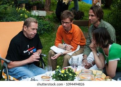 TRUTNOV, JULY 14. 2007: Former president Vaclav Havel with his former coworkers at the summer residence.
