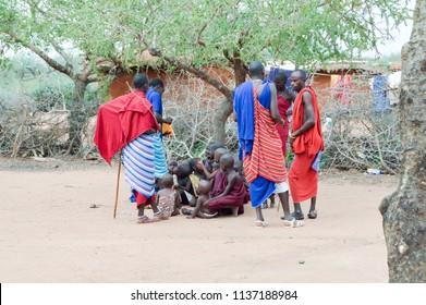 Tsavo, Kenya, Afrique-04/01 / 2017.Distribution of sweets in a village of Maasai in Kenya