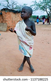 Tsavo, Kenya, Afrique-04/01 / 2017.Young Maassais with a fleeing look in a village in Kenya
