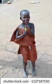 Tsavo, Kenya, Afrique-04/01 / 2017.Young Massai smiling barefoot on the ground in a village in Kenya