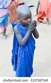 tsavo, Kenya, Afrique-04/01 / 2017.Young Massais typing in a village in Kenya