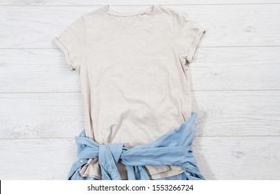 T-Shirt Draufsicht, T-Shirt mock up, leeres T-Shirt. Sommerkonzept Freizeitkleidung Hintergrund Kopienraum. Leeres Hemd auf Holzhintergrund
