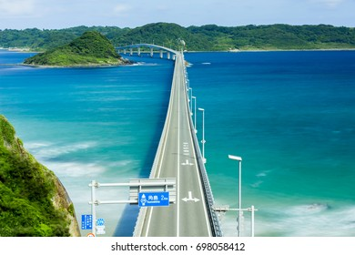Tsunoshima Bridge, Yamaguchi prefecture, (Road signs and place names are displayed on the left side. Also, as a precautionary note, it says that this bridge will be closed when there is a strong wind)