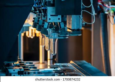 Die Röhrenvorform von Flaschen Vorwärmetechnik auf der Produktionslinie zur automatischen Blasmaschine. Die Verarbeitung von PET-Flaschen durch Blasverfahren mit der Blasform.