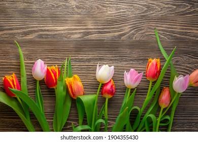 Blumen auf einem rustikalen Holztisch. Konzept für Frühlingsferien, Hintergrund. Grußkarte.