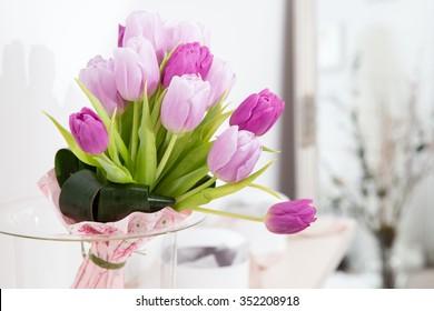 tulips in vase in home/ tulips