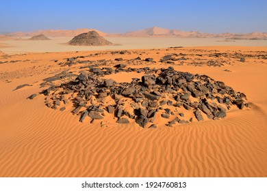 Tumulus burial mound in the sanddunes of Oued In Djerane, Tadrart, Tassili n´ Ajjer National Park, Unesco World Heritage Site, Algeria, Sahara desert, North Africa