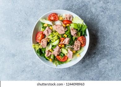 Salade de thon à la laitue, tomates cerises, concombre et maïs.