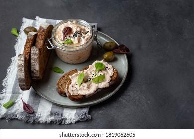 Thunfischrilletten mit Rahmkäse, Sardellen und frischem Brot