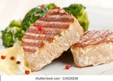 tuna steak with broccoli