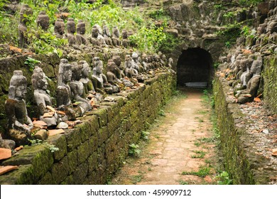Tunnel with ancient ruins of Buddha statues in Kothaung Paya. The temple of the 90,000 Buddhas, built by King Min Dikkha during the years 1554-1556 in Mrauk-U city, Rakhine state, Myanmar