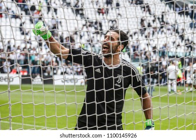 Turin, Italy. May 19, 2018. Allianz Juventus Stadium. Campionato Italiano di SerieA, Juventus-Hellas Verona 2-1. Gianluigi Buffon greeted by fans in the last match with Juventus.