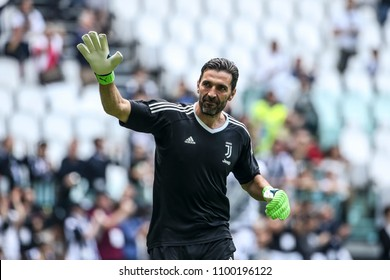 Turin, Italy. May 19, 2018. Allianz Juventus Stadium. Campionato Italiano di SerieA, Juventus-Hellas Verona 2-1. Gianluigi Buffon greeted by fans and team mates in the last match with Juventus.