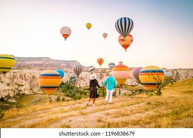 Turkije ballonnen Cappadocië Goreme Kapadokya, Zonsopgang in de bergen van Capadocia, jonge paar zonsopgang
