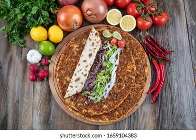Sabrosa cocina turca pizza de Lahmacun con carne picada de ternera o cordero, paprika, tomates, comino picante, perejil picante.