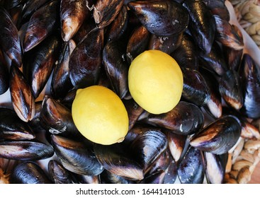 turkish Delicious stuffed mussels with lemons (midye dolma)