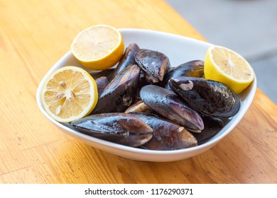 Turkish foods; stuffed mussels (midye dolma)