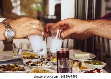 Türkischer und griechischer Traditioneller Esstisch mit speziellen Alkohol Drink Raki. Ouzo und Turkish Raki ist ein Aperitif mit Trockenanisaroma, der in der Türkei, Griechenland, Zypern und Libanon weit verbreitet wird