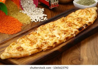 Türkisches Picknick mit Käse - Kasarli Pide