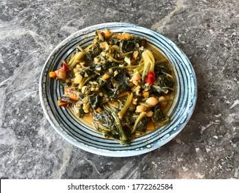 Cuisine bio à l'italienne saine avec des racines d'épinards et des pois chiches. Prêt à manger végétarien.