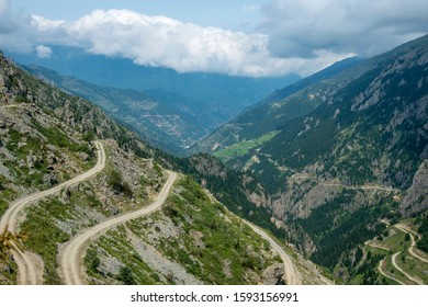 Caykara,Derebaşı turns in Turkey's northeastern Trabzon province are described as one of the world's most dangerous routes.