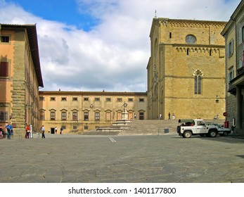 TUSCANY, AREZZO – SEPTEMBER 18, 2006: tourist in Duomo square. San Donato cathedral and Diocese building in the bottom.