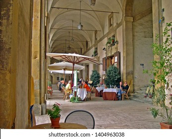 TUSCANY, AREZZO – SEPTEMBER 18, 2006: tourists relaxing in the Piazza grande Vasari loggias. In the square there is a great atmosphere.