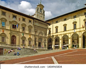 TUSCANY, AREZZO – SEPTEMBER 18, 2006:tourists in Piazza Grande with Vasari building and the Palace of the Fraternity of the Laity in the bottom. In the square there is a great atmosphere.