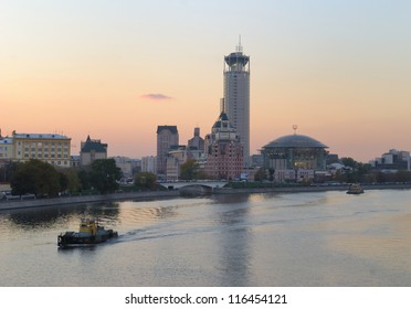 Twilight over Moscow. View on Kosmodamianskaya embankment and Moscow House of Music
