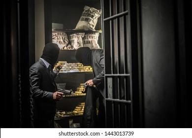 Zwei erzürnte Männer rauben eine Bank