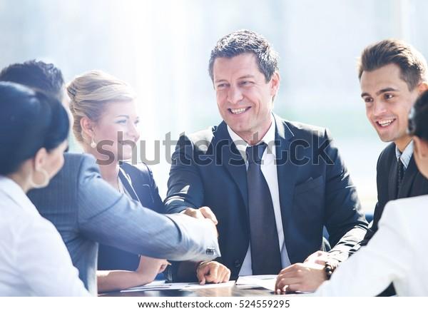 Dos hombres de negocios dan la mano después de un gran acuerdo