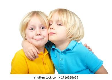 Zwei kaukasische Jungen Zwillinge Brüder posieren im Studio einzeln auf Weiß
