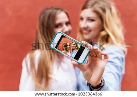 girls who take selfies