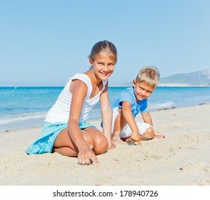 Two cute kids playing on tropical beach
