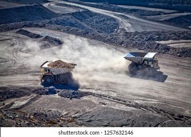 Deux camions électriques diesel utilisés dans les mines et carrières modernes pour transporter des quantités industrielles de minerai ou de charbon. Utilisé lorsque le couple supplémentaire est nécessaire pour les collines escarpées. Blackwater, Australie. Logos supprimés.