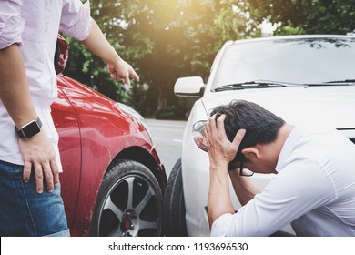 Due conducenti uomo che discutono dopo una collisione incidente stradale, Incidente stradale e concetto di assicurazione.